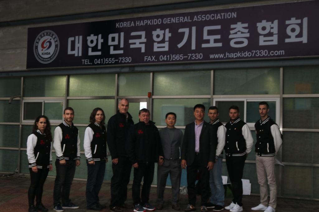 Devant le centre de la KHGA en compagnie du secrétaire général